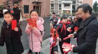 创意红包!小学开学首日校长校门口发红包