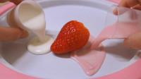 用草莓和酸奶一起炒冰淇淋,美味又营养,学会就再不用买雪糕了