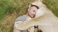狮子和饲养员10年后相见,感人的一幕发生,镜头记录下全过程!