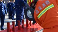 北京招录咨询现场 老消防员表演灯泡上切钢丝