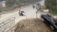 小车十字路口疾驰遇电动车 急转弯避让冲下河
