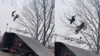 老外表演摩托飞车出意外 10米高空中被甩出