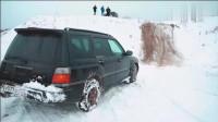 明知前方是雪地坡路滑,斯巴鲁非要往上开,一脚油门后悲剧开始了!