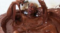 外国小哥用500多斤巧克力泡澡,边吃边玩,结果差点出不来