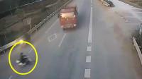 男子骑车突然被撞死,家人回看监控难以接受,镜头记录死亡画面!