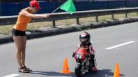 """世界上最小的""""摩托车骑手"""":4岁的小奶娃,技术却稳如""""老司机""""!"""
