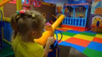 萌娃小可爱:宝宝在这座儿童乐园里玩的好开心!这儿真是既有趣又漂亮!
