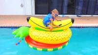 萌娃小可爱:宝宝们给大家变一个有趣的魔术,一秒钟把水果变成漂亮的水上浮床!