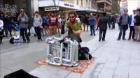 拖鞋哥用PVC水管在街头演奏音乐