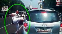 路怒症司机马路中间捶车,荒唐的画面被监控拍下!