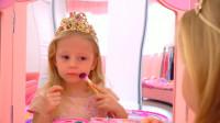 家有萌宝:女儿在爸爸的帮助下将自己化妆打扮成了小美女