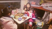 外面下着雪,我们一家人在房车里吃着红烧排骨