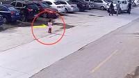 小女孩突然冲向马路,瞬间丧命车轮,母亲回看监控崩溃了