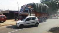 """见识一下印度的""""路怒症"""",大货车推行轿车2公里,路人看懵了!"""