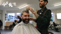 理发师帮大叔换一个发型后,帅出新高度
