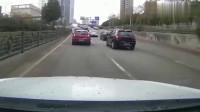 五菱宏光强行别车,结果直接一头撞上直接擦撞后车