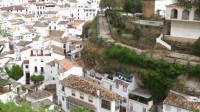 """西班牙小镇被巨石""""压""""了600年,冬暖夏凉,下雨都不用打伞?"""