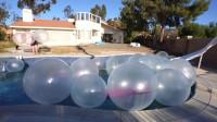 老外在一泳池泡泡糖气球中泡澡!网友:真不怕炸开后崩到自己啊?