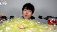 """韩国美食小哥,吃网红""""透明胶带"""",一口接一口真带感"""