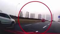 途观在高速上强行超车变道,后车为了躲避,被它害惨了!