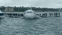 飞机遭遇飞鸟撞击,命悬高空,机长冷静分析成功迫降水中,救了155人