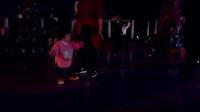 一岁女童坚持与大妈同跳广场舞  不服不行