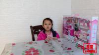 两个小美女拆包超大的芭比娃娃的厨房玩具,很开心!