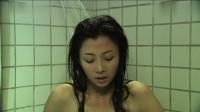 美女身体太差了,在家里浴池洗澡,突然水中竟带着血