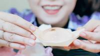 美女吃日本传统小吃,晶莹剔透有朵樱花在里面,瞬间感受到春天气息