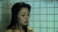 美女在家洗澡,老公不太给力,只能靠吃药维持生活。