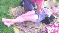 """大叔在国外公园给美女免费按摩,这技术""""真不错"""""""