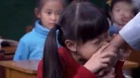 老师上课嘲笑女学生的妈妈是袖珍人,女学生暴怒起来,张口就咬他