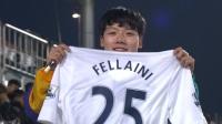 曼联的人气有多高?韩国球迷看台手举费莱尼球衣