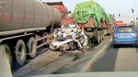 轿车被两大车夹击,瞬间变废铁,中国交通事故合集2019