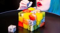 美女吃漂亮的水果立方,香甜美味还营养,网友:真是个精致的人