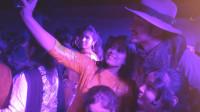 中国小伙参加孟加拉舞会成焦点,当地美女太热情争着来合影