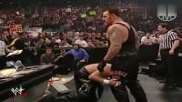 WWE:日本选手想在美女面前出出风头,可惜他遇到的是送葬者!