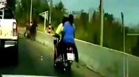 前方突发车祸,摩托车们看见不对劲直接拔腿就跑,实在太惊险了!