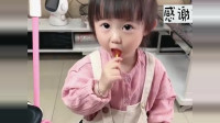 小萝莉跟妈妈商量吃棒棒糖,妈妈让吃两口,结果搞笑了!