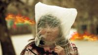 家中突然失火,小孩怎样安全自救?头戴一个塑料袋便可逃生