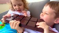 太搞笑了,萌宝小正太吃了恶搞巧克力,他会变成什么样子呢?
