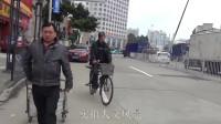 实拍人文风景街拍,在街道上很多人拖着小拖车,行色匆匆的赶往集市