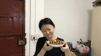 重庆打工妹月入三千五,一顿晚饭吃三个菜,生活向来都不易