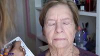 70岁老奶奶爱美化妆后变美女