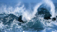 比基尼美女海滩摆POSE拍照 一瞬间被海浪冲走