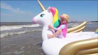 萌娃们在海边玩的可真开心呀!小家伙们的气垫玩具真漂亮!