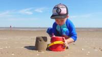 萌娃小可爱们在沙滩玩的可真是开心呢!萌娃:宝宝可喜欢玩沙了,真有趣!