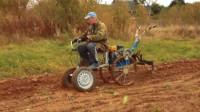 真会玩!农村老大爷改装新型耕地机,一天耕耘8亩地,成本才200元