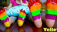 小萝莉和妈妈在脚丫上涂上色彩,彩虹的颜色太好看了