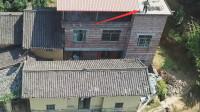 看着让人担心!无人机拍到老人在楼顶这样做,幸好没什么事!